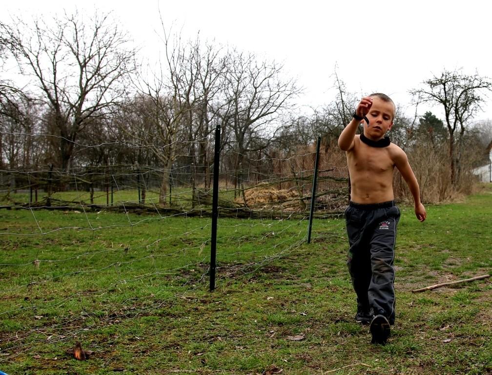 chlapec-jde-sam-zahradou