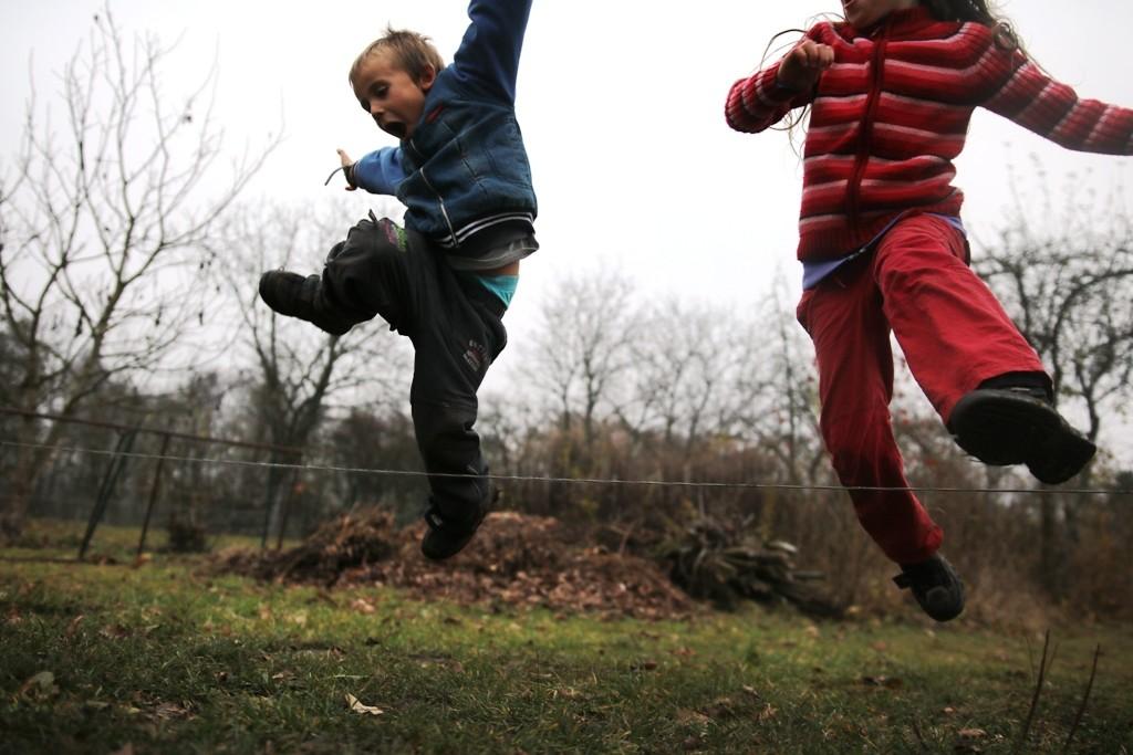 deti-radostne-skacou-pres-lano