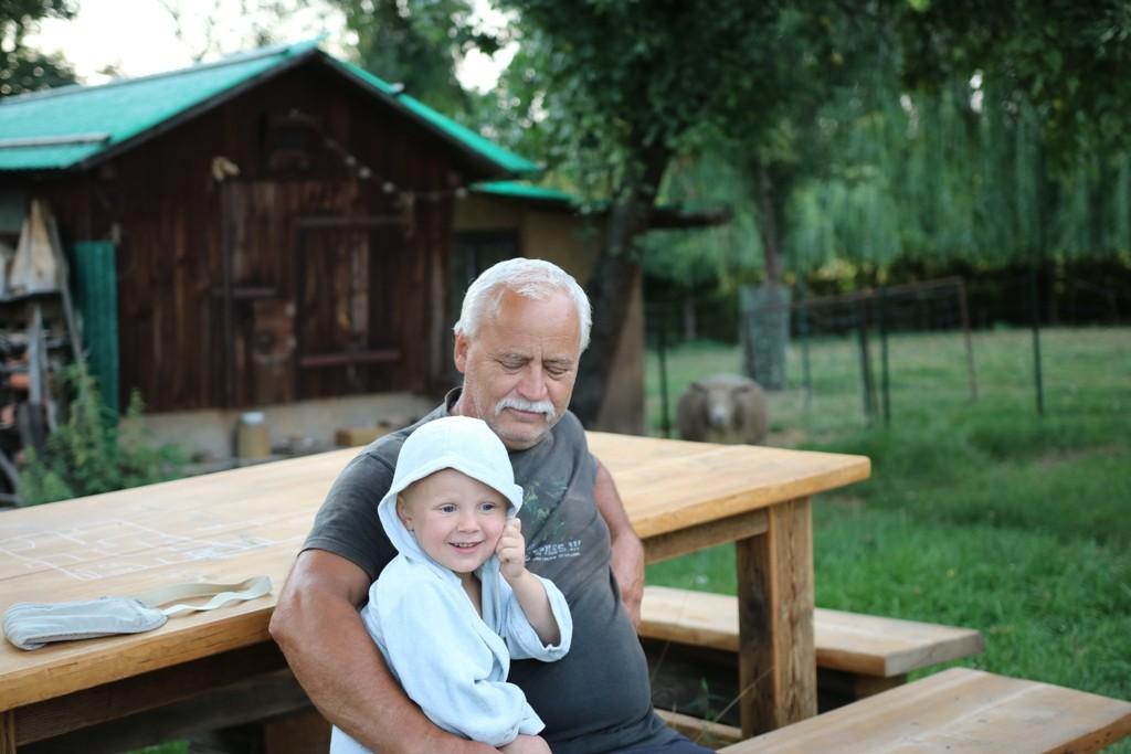 deda-s-vnukem-na-lavicce