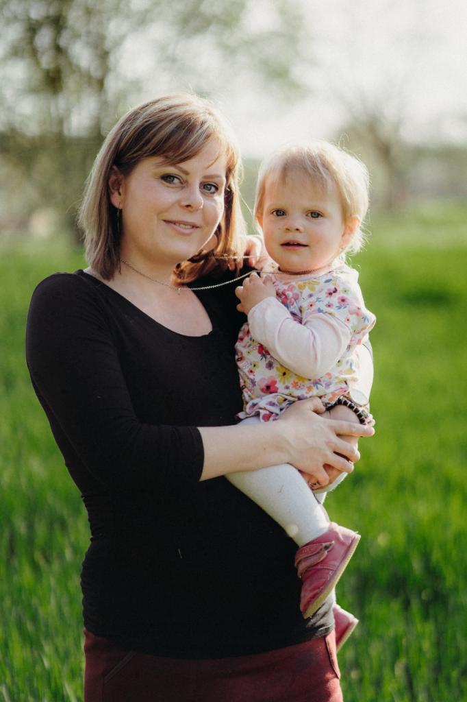 mama-drzi-dvouletou-dceru-na-rukou